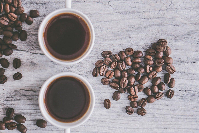 Kaffeebecher und Bohnen